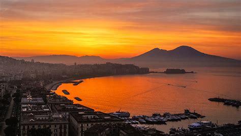 Tramonto sul Golfo di Napoli, la foto fa il giro del web - Area C