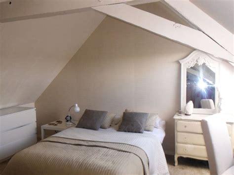 chambre beige et blanche