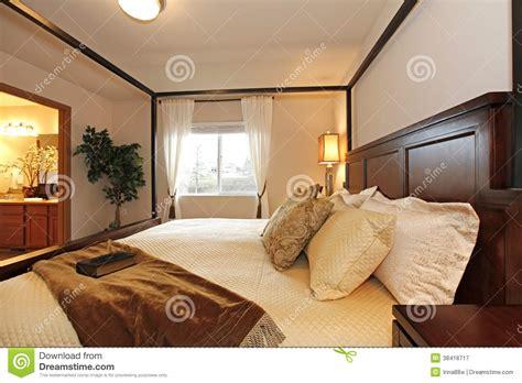 photographie à la chambre chauffez la chambre à coucher avec un lit de
