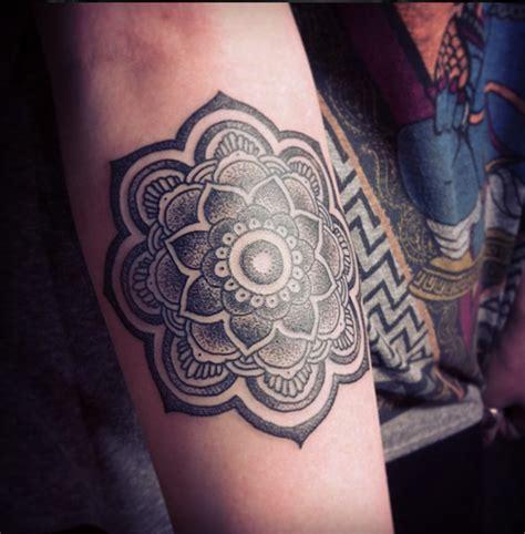 modele tatouage fleur de lotus mandala avant bras