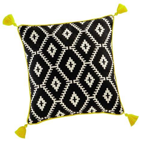 decoration chambre petit garcon coussin à pompons en coton noir blanc 45 x 45 cm amrela