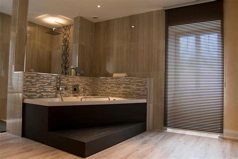 rideau chambre salle de bain moderne avec baignoire