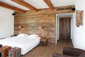 chambre de villa a grimaud habillage mural en chene With parquet vernis