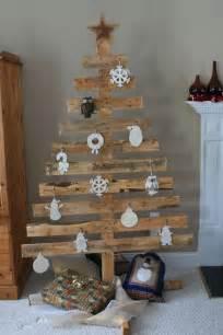Tannenbaum aus einer Holzpalette mit weißen Anhängern