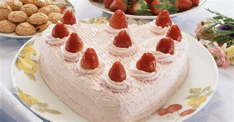 How To Decorate Shaped Cake - how to decorate a shaped cake ehow uk