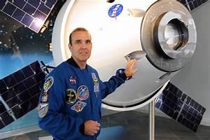NASA astronaut Rick Mastracchio with Orion-ESM team ...