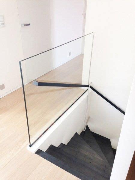 handgreep trap stalen trap met stalen handgreep en glazen borstwering