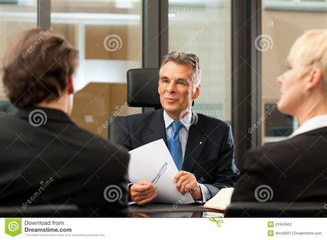 bureau de notaire synonyme avocat ou notaire avec des clients dans bureau photo