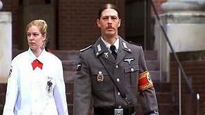 Le père d'Adolf Hitler se rend au tribunal en tenue de nazi