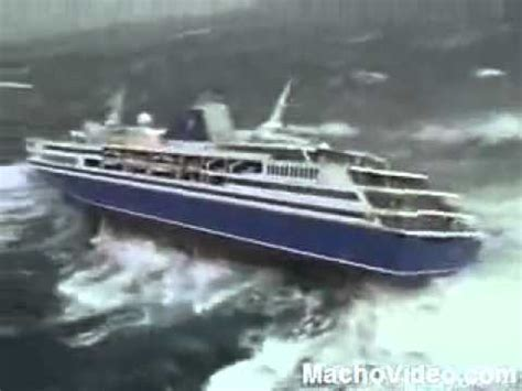 X-large Waves Nearly Drowns Cruise Ship - YouTube