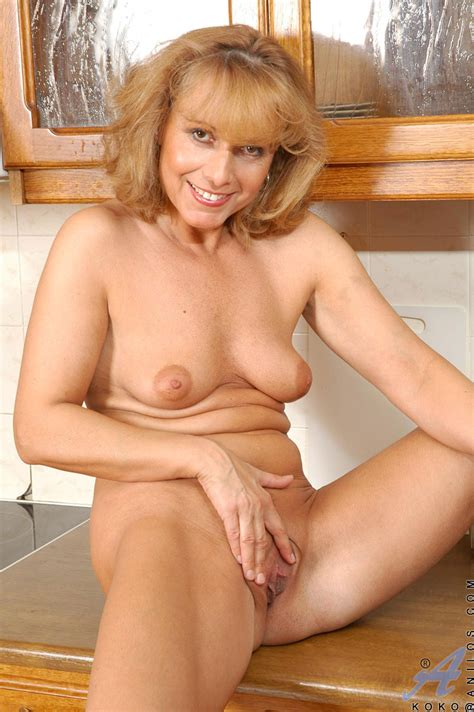 Mature Blonde Babe Exposing Her Boobs And Pussy With Naked