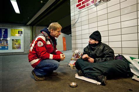 menschen  armut helfen warme mahlzeiten decken drk