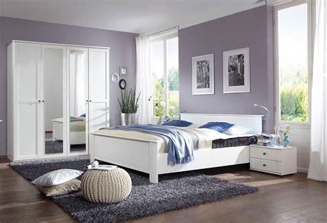 chambres à coucher modernes chambre a coucher en bois massif moderne mzaol com