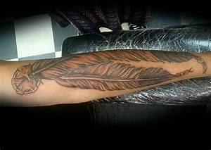 Tattoo Feder Unterarm : 19 geheimnisvolle indianer feder tattoos und bedeutungen ~ Frokenaadalensverden.com Haus und Dekorationen