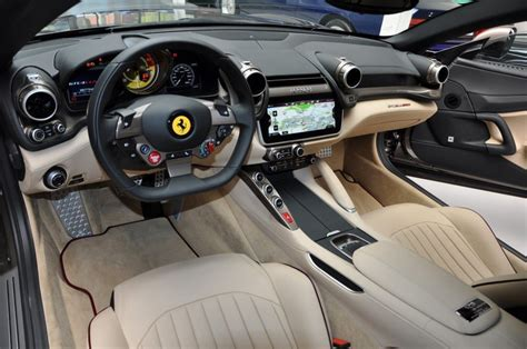 Un 12 cilindri potente e sportivo elegante e lussuoso che regala ai passeggeri un nuovo modo di vivere l'esperienza del viaggio. Ferrari GTC4 Lusso. Inspirado en el Ferrari Europa Vignale Coupé de 1953 - Motor 16
