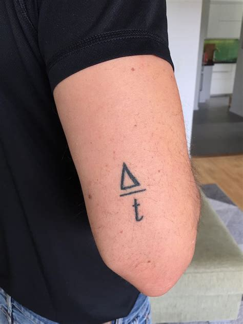 idees tatouage coude  modeles dans le coup