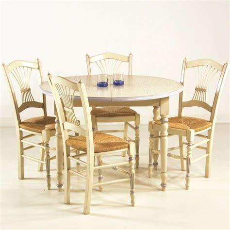 table ronde avec chaise table en bois ronde avec allonges 4 chaises provençales