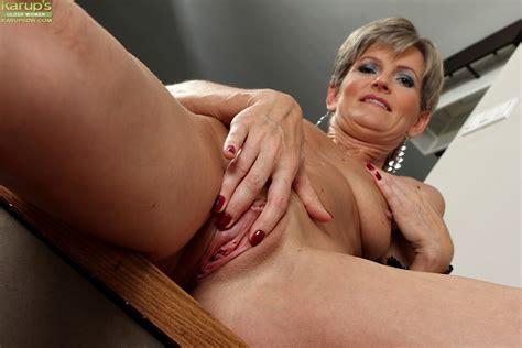 Elegant Older Babe Melanie Spreads Her Tight Ass Pichunter