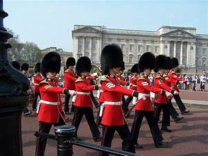 They are changing the guard at Buckingham Palace | Simply ...