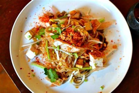 cuisine thailandaise poulet recette pad thaï au poulet la recette thaï emblématique