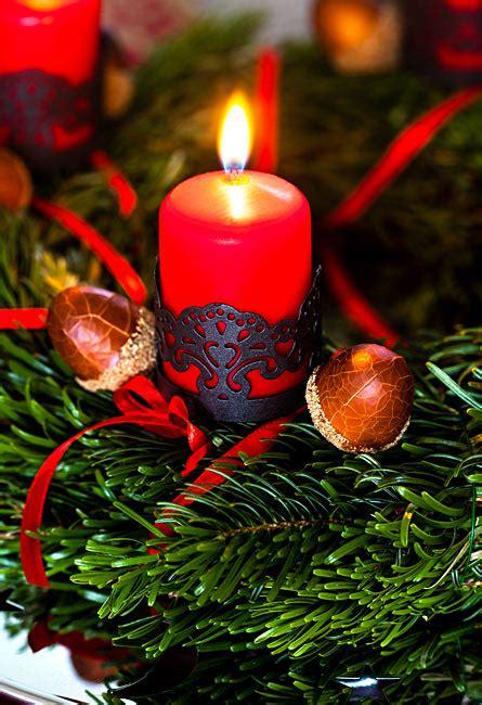 weihnachtsbild adventskranz mit roten kerzen und deko eicheln