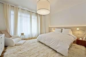 Bett Unterm Fenster : cool teppich unterm bett elegantes schlafzimmer minimalistische einrichtung king size leselampe ~ Frokenaadalensverden.com Haus und Dekorationen