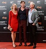Chris Hemsworth poses with mum Leonie and dad Craig at San ...