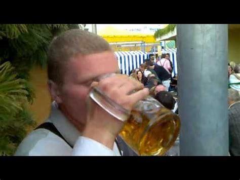 mass bier   sekunden auf  auf der wiesn beer chug