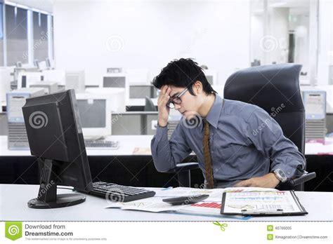bureau homme d affaire homme d affaires asiatique confus au bureau photo stock image 40766005