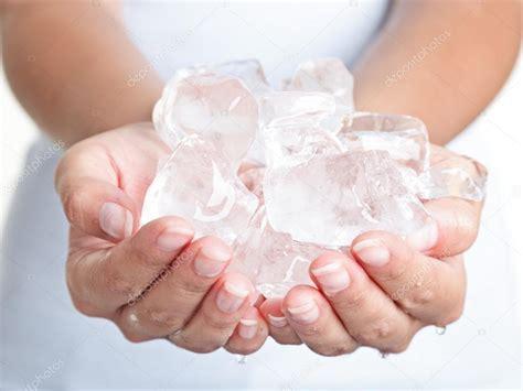 Eis kalte Hände — Stockfoto © Maridav #22310131