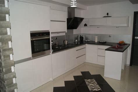 küche mit schwarzer arbeitsplatte l k 252 che in wei 223 mit schwarzer arbeitsplatte und edelstahl r 252 ckwand
