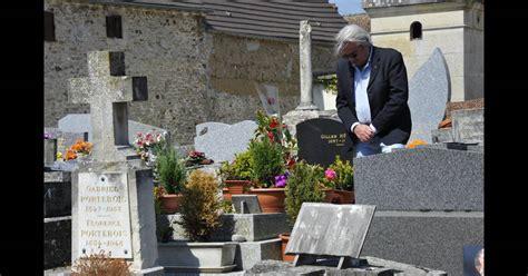 jean gabin boissy alain delon se recueillant le 29 mai 2012 sur la tombe de