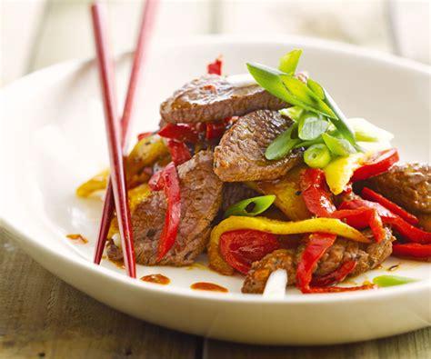 cuisiner du cabillaud au four wok de bœuf à la mangue recette de cyril lignac