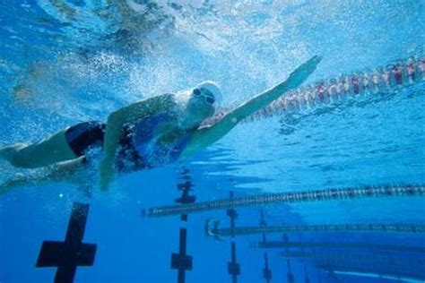 breathing exercises  underwater distance swimming woman