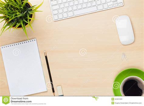 bloc note de bureau table de bureau avec la tasse de bloc notes d ordinateur de fleur et de caf 233 photo stock