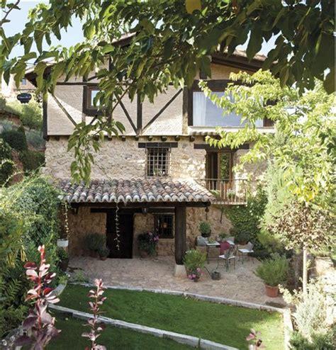 el jardin de una casa de piedra  ladrillo