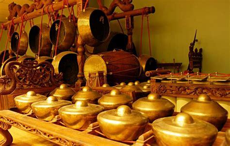 Terdapat sejarah yang cukup menarik yang perlu kita ketahui dan juga cara memainkan alat musik ini, diantaranya : Alat Musik Tradisional Jawa Tengah Beserta Penjelasannya ...