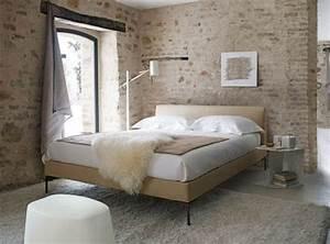 une chambre pleine de charme avec des murs en pierre pictures With deco chambre de charme