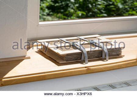 Fensterbank Auf Englisch by Pflanzenpresse Liegt Auf Fensterbank Schlug Der Heizung