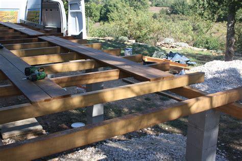 realisation d une terrasse en bois r 233 alisation d une terrasse en bois exotique ipe sur piliers 224 bras var parquet et terrasse en