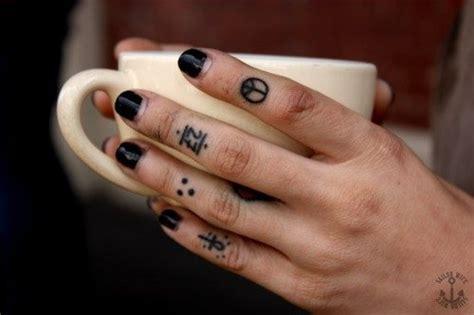 tatouage croix doigt homme