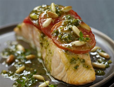 cuisiner des pav de saumon recette minceur pavé de saumon à la tomate et au pesto