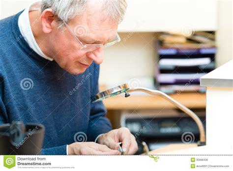 Acoustician Que Trabalha Em Uma Prótese Auditiva Imagem De