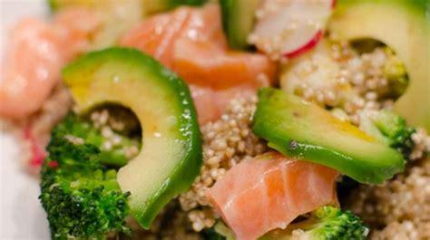 salade de quinoa aux brocolis à l 39 avocat et au saumon