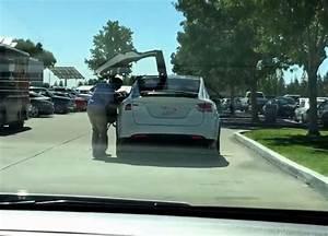 Tesla Porte Papillon : ils filment la premi re tesla model x avec des portes papillon ~ Nature-et-papiers.com Idées de Décoration