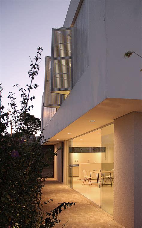 cuisina az fachada lateral de casa minimalista construye hogar