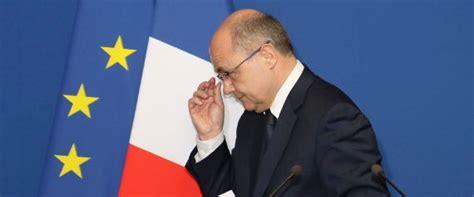 وزير الداخلية الفرنسي يستقيل من منصبه بسبب ابنتيه