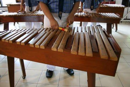 Sebagai salah satu alat musik harmonis, siter bisa fleksibel menyesuaikan alur nada agar selalu selaras. Kolintang Traditional Music From Minahasa: Cara Memainkan Alat Musik Kolintang