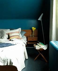 Mur Bleu Pétrole : peinture murale couleur bleu petrole murs chambre a coucher lit en bois linge maison blanc ~ Melissatoandfro.com Idées de Décoration