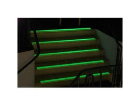 rev 234 tement pour escalier bord de marche agrippant photoluminescent contact watco